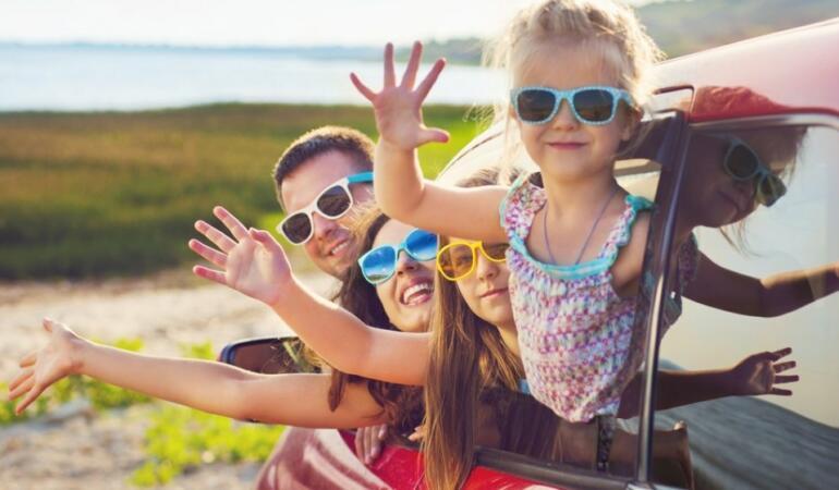 O familie vaccinată merge în vacanță fără restricţii? Copiii pot fi carantinați la întoarcere