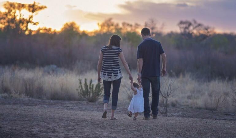 Copii solitari, egoişti sau răsfăţaţi. Ce spune știința despre copiii unici la părinţi?