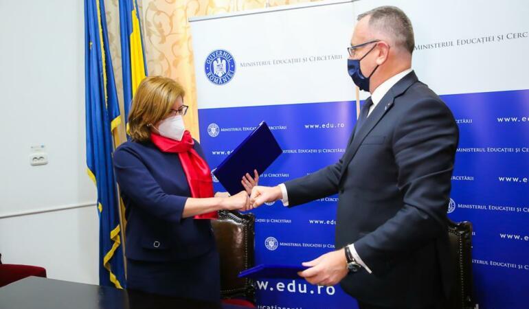 Fundația Altex donează școlilor echipamente de protecție