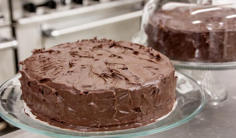 REȚETE COCHETE – Tort de biscuiți cu ciocolată și nuci