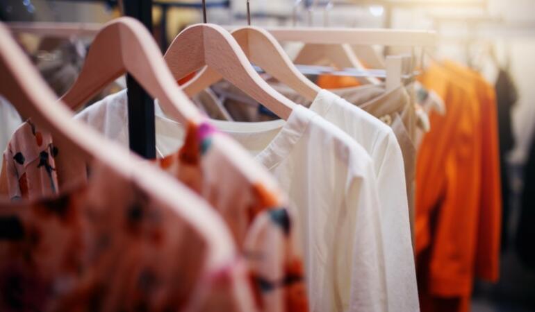 IN TREND: Cum să te îmbraci la modă fără să cheltui mulți bani
