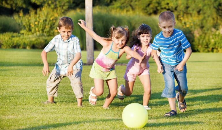 O mamă din București a construit un parc pentru copiii din cartier