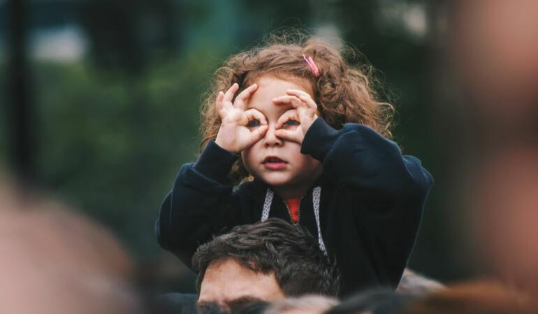 Copiii au mai multă încredere în ceea ce văd sau în ceea ce aud