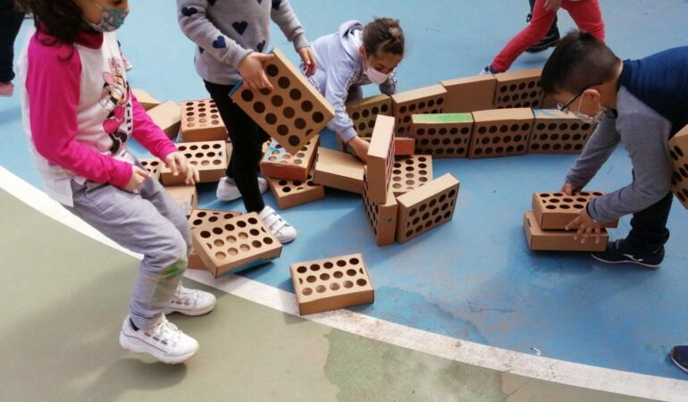 Semne de speranță: Copiii spanioli au făcut un zid de 2000 de cutii. Aflați ce vor face cu el