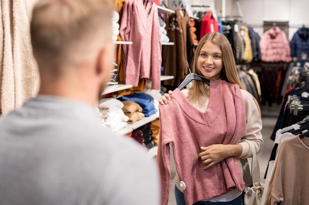 IN TREND. Cum legați un pulover – noua tendință de modă lansată de influenceri