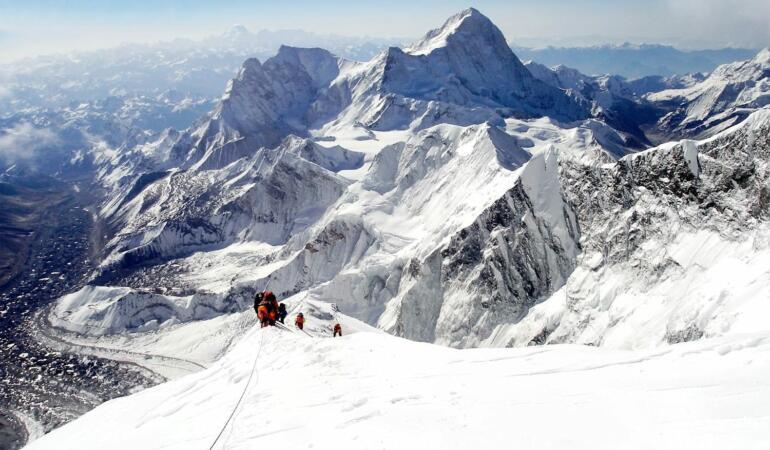 O meserie de călăuză menită să urce munţii. Ce face un șerpaș?