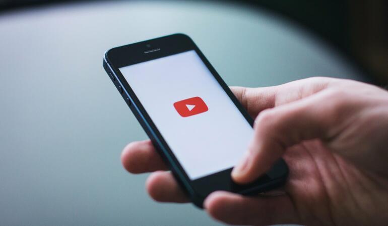 Controlul parental privind YouTube-ul. Ce alegeri pot face părinții?
