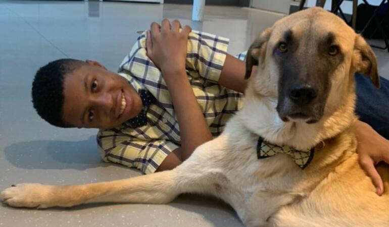 Darius, băiatul care ajută animalele abandonate făcând… papioane