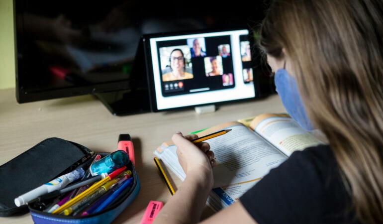 Școala online costă. Cât au plătit părinții pentru educație în pandemie