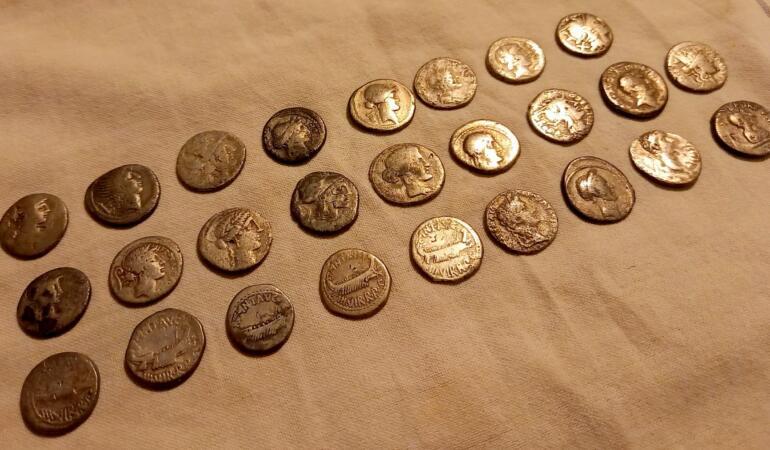 O nouă descoperire arheologică: 42 de monede romane