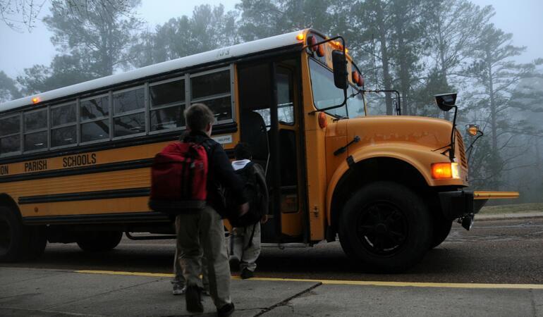 Din noul an școlar elevii vor avea transport gratuit la și de la școala