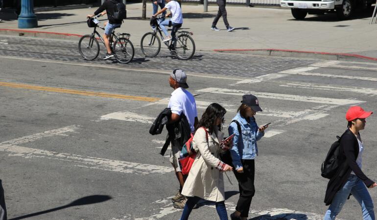 Folosirea telefonului când traversăm strada ar putea deveni interzisă. Un proiect de lege prevede asta