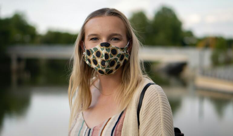 IN TREND: Măștile cu modele, un nou accesoriu în materie de fashion