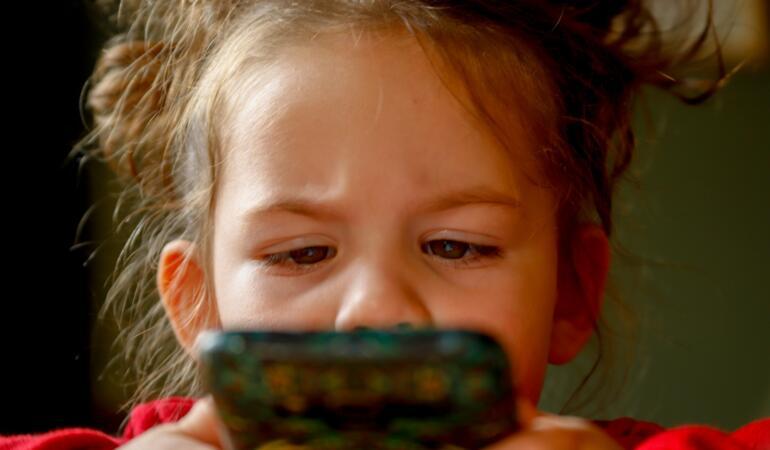 Copii diagnosticați cu sindromul stresului ocular digital. Cauza? Dispozitivele electronice