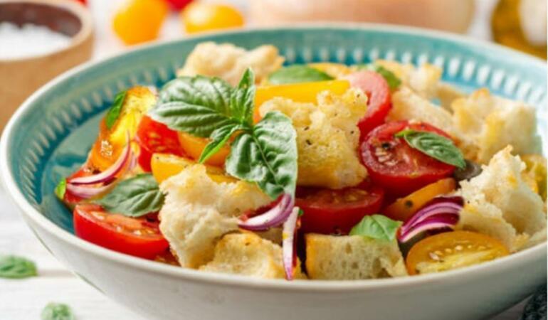 POVEȘTILE MÂNCĂRURILOR. Cum au fost ele inventate: PANZANELLA, cea mai simplă salată de vară