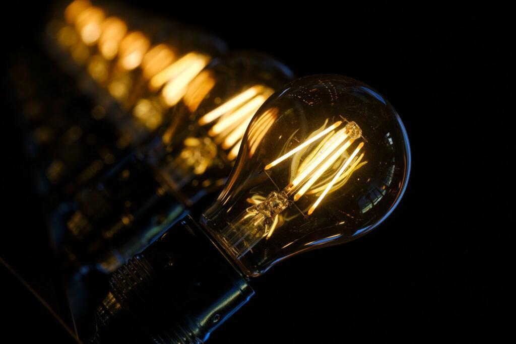 Invențiile au schimbat viața oamenilor. Becul și curiozități despre el