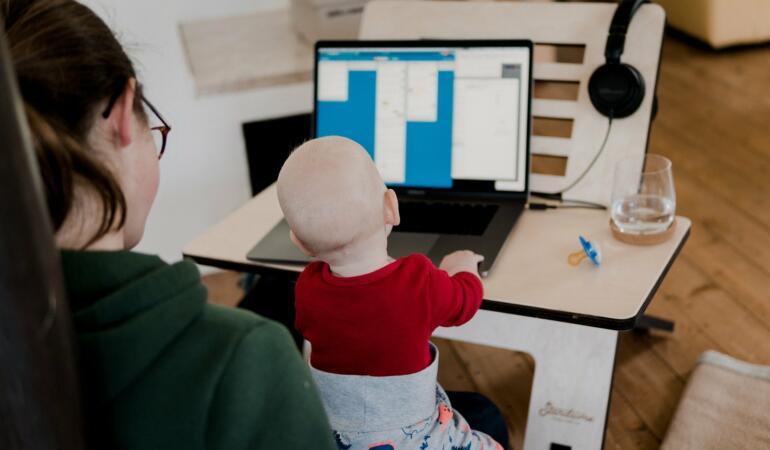 O fetiță și-a imitat mama când muncea. Videoclipul a ajuns viral