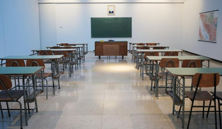 Vreți să aflați dacă mergeți la școală sau faceți online? Stați cu ochii pe site-urile inspectoratelor școlare!