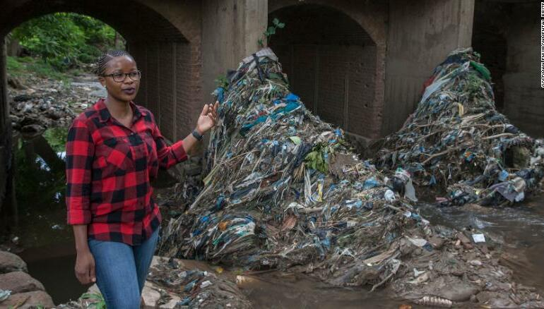 O țară acoperită de plastic. Cum se luptă o activistă din Malawi cu producătorii