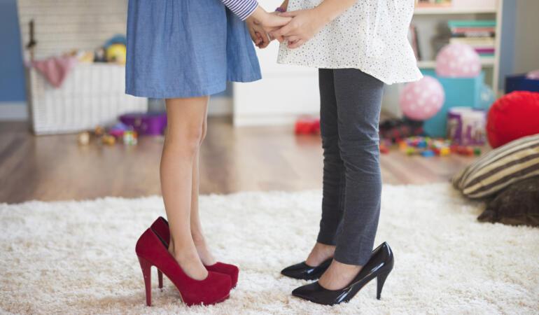 Purtarea pantofilor cu toc de la vârste fragede. Ce spun părinții, ce sfătuiesc specialiștii