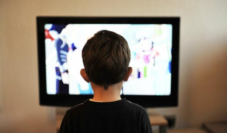 Uitatul la televizor în timpul mesei poate avea efecte negative asupra copiilor