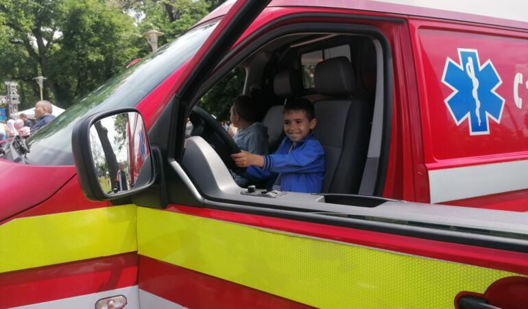 De Ziua Copilului, cei mici s-au jucat cu mașini adevărate de pompieri. Au avut parte și de alte distracții