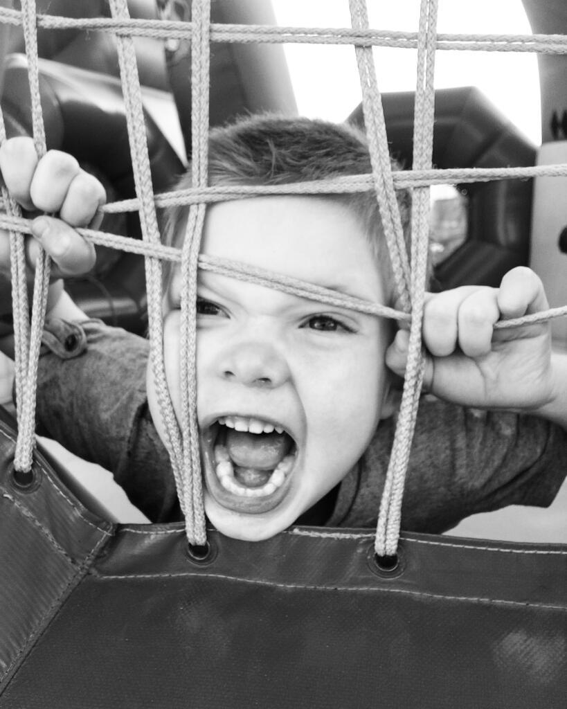 Cum gestionează părinții crizele copiilor în public