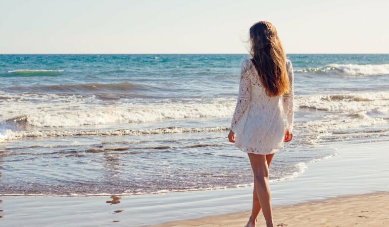 IN TREND: Opt piese vestimentare de vară pentru fete, recomandate de fashion influenceri