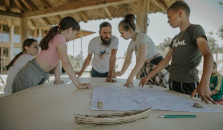 Copiii din Țigănești și Piscu învață să construiască o canotcă