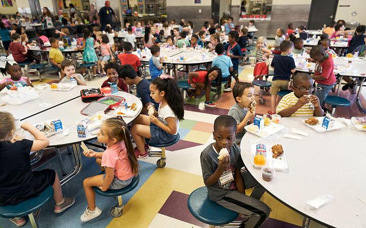 Premieră. Toți elevii din California vor beneficia de mese gratuite