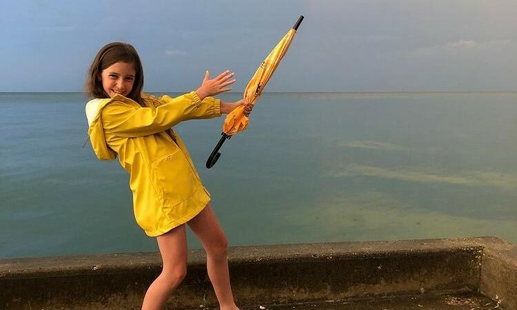 Mica eroină a albinelor. O fetiță de 11 ani luptă împotriva adulților pentru a le salva
