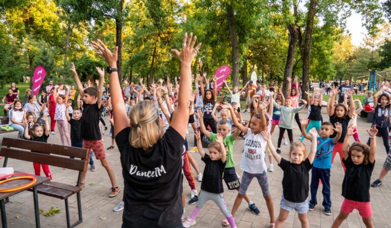 """""""DansTM"""" invită copiii în parcul Pădurice sâmbăta și duminica seara"""