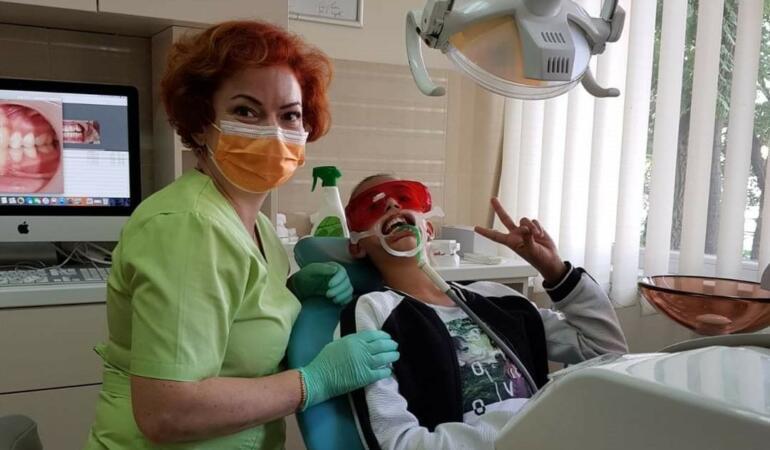 O meserie care ne face să zâmbim cu încredere. Ce face un medic ortodont ne spune Camelia Szuhanek