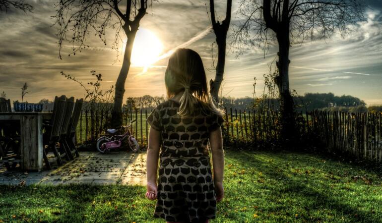 O fetiță de grupa mică a rămas mamă și tată pentru surorile mai mici