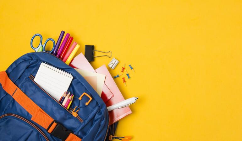 Părinții, nevoiți să renunțe la ceva la început de an școlar. Cât cheltuie pe ghiozdan și rechizite