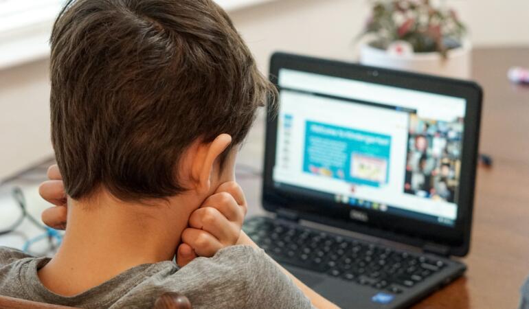 În județul Sibiu 160 de preșcolari și elevi învață online